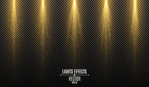 Ensemble d'effets de lumières élégantes dorées isolés sur un fond transparent sombre. rayons dorés avec poussière magique.