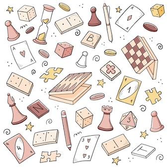 Ensemble d'éléments de jeu de société dessinés à la main, cartes, échecs, sablier, jetons, dés, dominos. style de croquis de doodle.