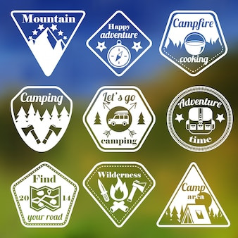 Ensemble d'emblèmes plat camping tourisme en plein air