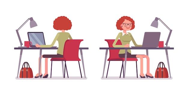 Ensemble d'employé de bureau féminin jeune au bureau