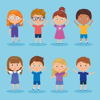 Ensemble d'enfants debout sur bleu
