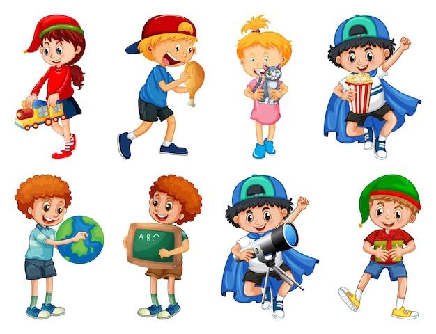 Ensemble d'enfants différents jouant avec leur personnage de dessin animé de jouets isolé sur fond blanc