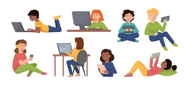 Ensemble d'enfants divers avec des gadgets engagés dans l'apprentissage en ligne