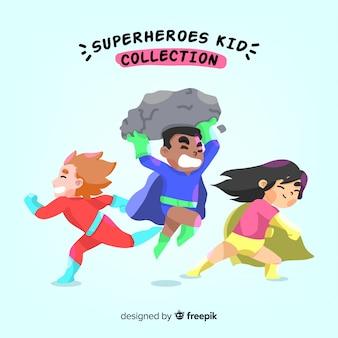 Ensemble d'enfants habillés en super-héros