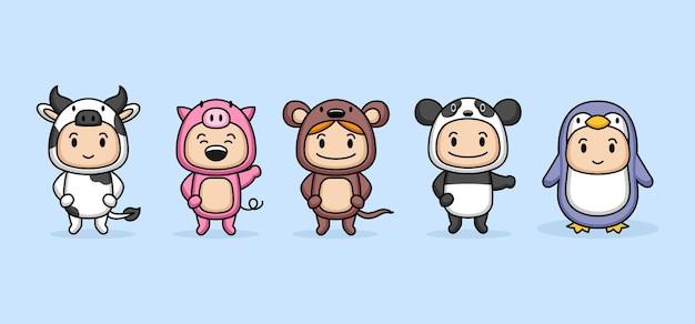 Ensemble d & # 39; enfants mignons avec des costumes d & # 39; animaux