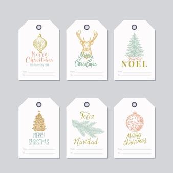 Ensemble d'étiquettes-cadeaux ou de modèles d'étiquettes de couleur pastel prêts à l'emploi de noël et du nouvel an. cerfs dessinés à la main, boules de jouets, croquis décorés de pin ou d'épinette avec une typographie rétro. isolé.