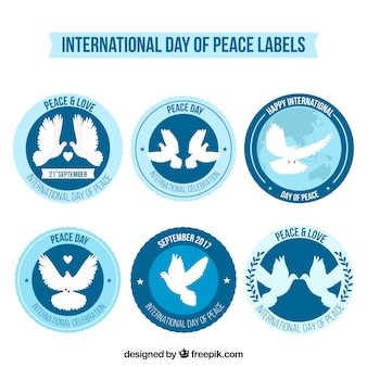 Ensemble d'étiquettes avec des colombes pour le jour de la paix