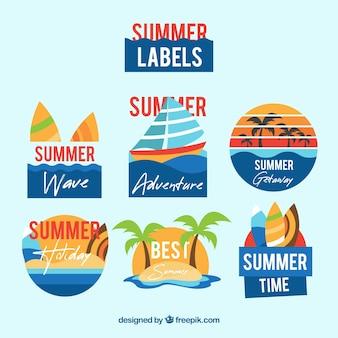 Ensemble d'étiquettes colorées de l'été avec des éléments de la plage dans un style plat