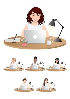 Ensemble de femmes d & # 39; affaires diverses travaillant sur un ordinateur portable