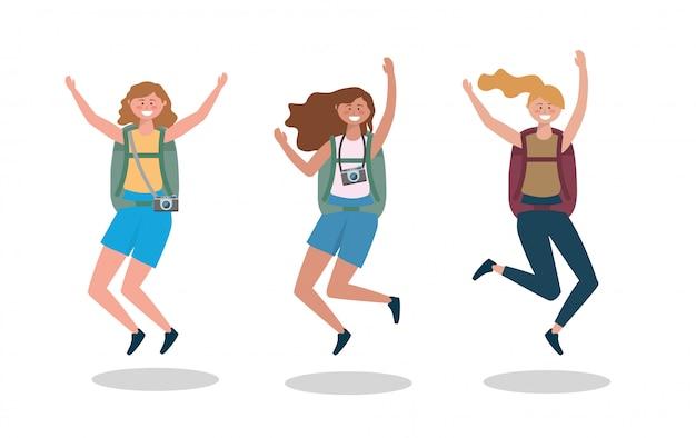 Ensemble de femmes de voyage sautant avec sac à dos et appareil photo