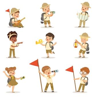 Ensemble de filles et de garçons en costumes de scout