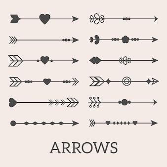 Un ensemble de flèches boho décoratives avec des cœurs, des points et des lignes. objets isolés pour scrapbooking, bannières et interfaces web.