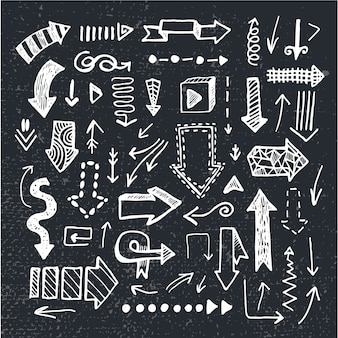 Ensemble de flèches de doodle dessinés à la main, isolés sur fond de tableau noir. noir et blanc