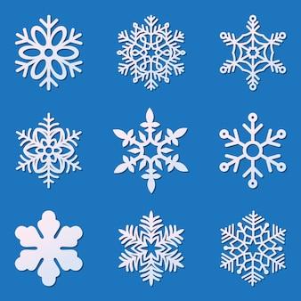 Ensemble de flocons de neige de découpe laser isolés sur bleu