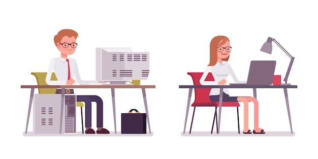 Ensemble de greffier homme et femme heureux assis à l'ordinateur
