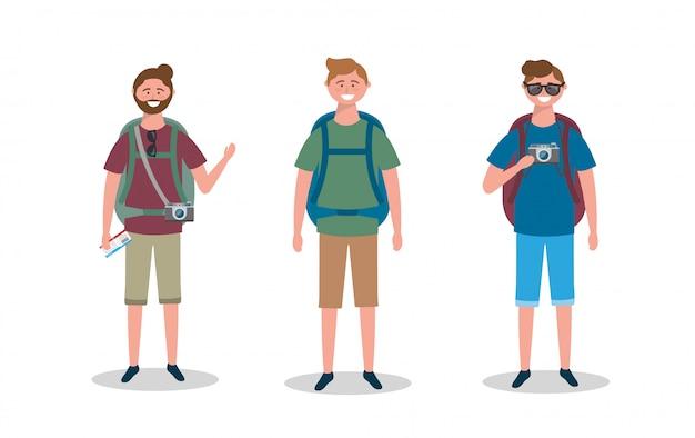 Ensemble d'hommes avec appareil photo et sac à dos avec lunettes de soleil et billet