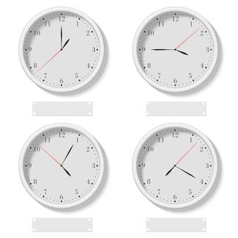 Ensemble d'horloges rondes classiques réalistes montrant différentes heures
