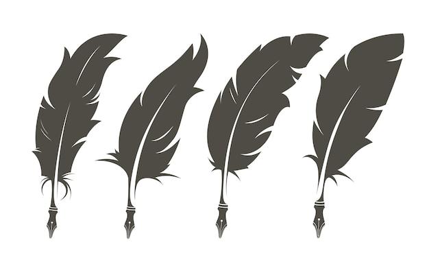 Ensemble isolé de vieilles plumes pour l'écriture.
