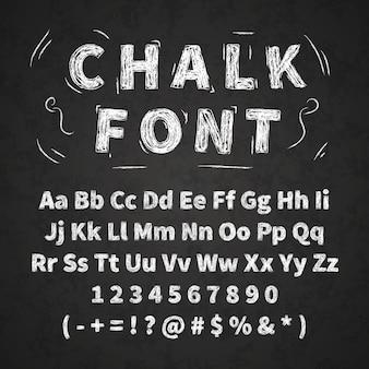 Ensemble de lettres de l'alphabet rétro dessinés à la main, dessin à la craie blanche sur tableau noir