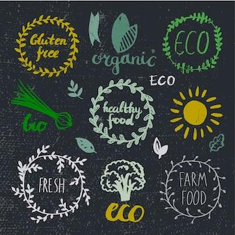 Ensemble de logotypes d'encre. badges, étiquettes feuilles, rubans, éléments végétaux laurier. modèle de conception organique, bio écologie eco naturel. peinture de dessin à la main. vecteur vintage, noir et blanc