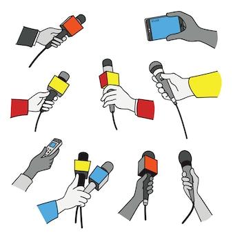 Ensemble de mains avec divers microphones