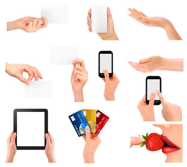 Ensemble de mains tenant différents objets métier