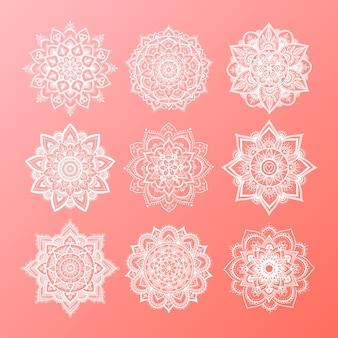 Ensemble de mandala dégradé rond sur fond isolé blanc. mandala de hipster de vecteur dans les couleurs vert, rouge, bleu, violet et rose. mandala aux motifs floraux. modèle de yoga.