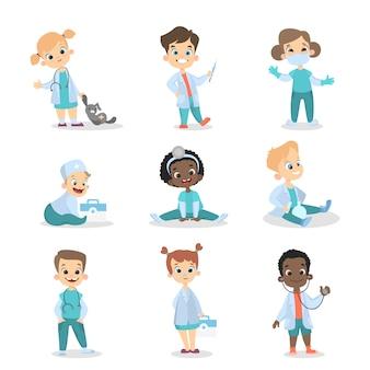 Ensemble de médecins enfants. filles et garçons avec des jouets.