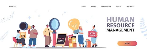 Ensemble, mélange, race, hr, gestionnaires, tenue, nous, embaucher, rejoignez-nous, affiches, vacance, ouvert, recrutement, ressources humaines, concept, horizontal, longueur pleine, copie, espace, vecteur, illustration