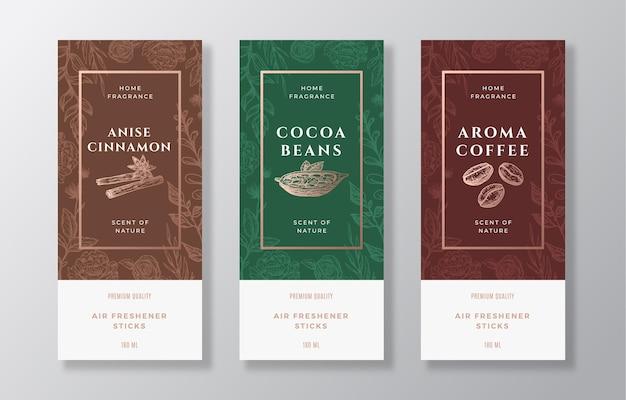Ensemble de modèles d'étiquettes vectorielles de parfum d'ambiance. croquis dessinés à la main cannelle, café, fèves de cacao et fond de fleurs avec typographie. disposition de conception d'emballage de parfum d'ambiance. maquette réaliste. isolé.