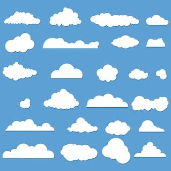 Ensemble de nuages de dessin animé sur le bleu. vecteur.