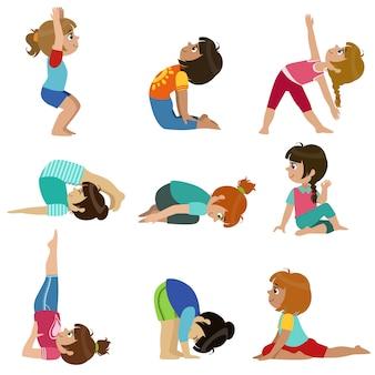 Ensemble de petites filles faisant du yoga