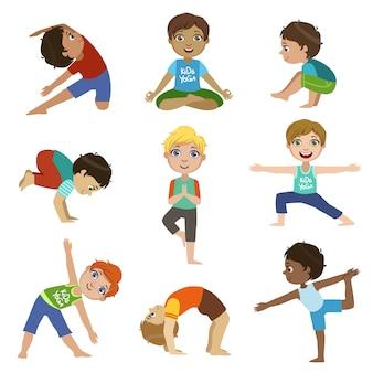 Ensemble de petits garçons faisant du yoga