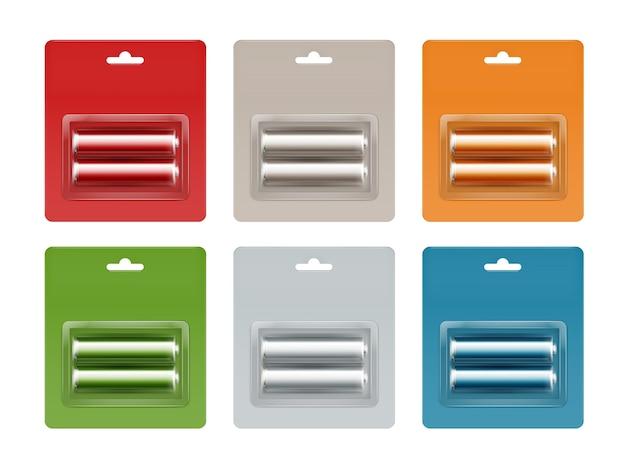 Ensemble de piles alcalines aa rouge vert bleu clair orange gris brillant en rouge vert bleu clair orange gris blister emballé gros plan isolé.
