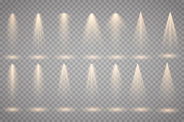 Ensemble de projecteurs d'or isolé sur fond transparent. effet de lumière rougeoyante de vecteur