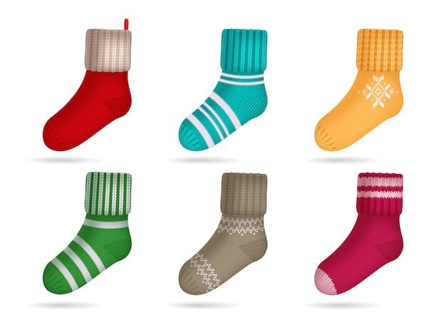 Ensemble réaliste de chaussettes de couleurs vives tricotées d'hiver isolé