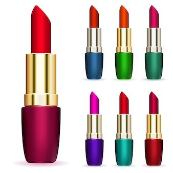 Ensemble de rouges à lèvres de différentes couleurs sur fond blanc
