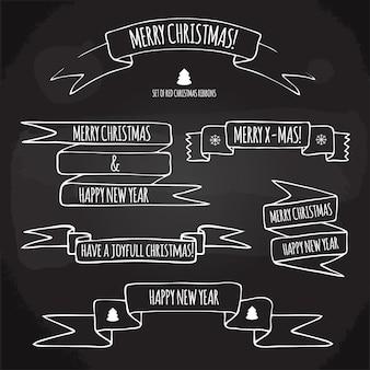 Ensemble de rubans de noël avec des salutations de vacances dessinés à la main sur un tableau noir
