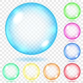 Ensemble de sphères de verre transparent de différentes couleurs avec des reflets et des ombres.