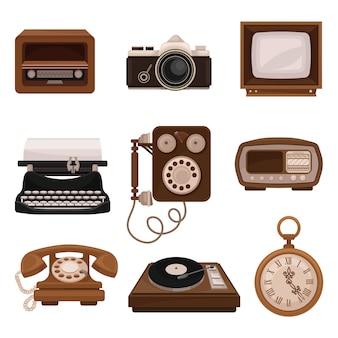 Ensemble de technologies vintage, radio rétro, appareil photo, télévision, machine à écrire, téléphone public, lecteur de vinyle, montre de poche illustrations sur fond blanc