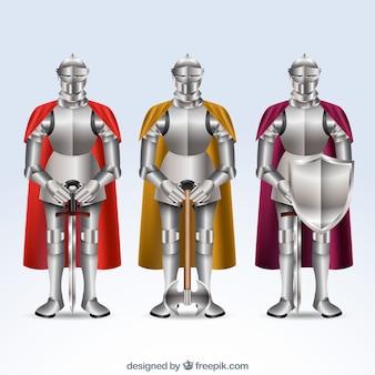 Ensemble de trois armures avec des capes colorées