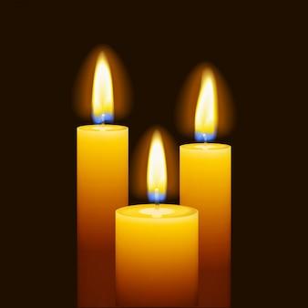 Ensemble de trois bougies allumées