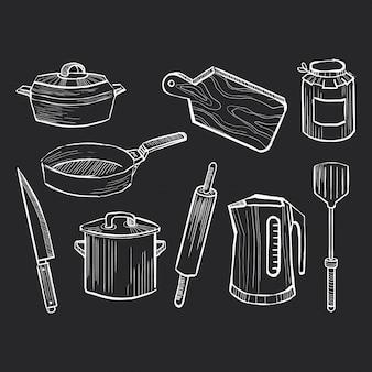 Ensemble d'ustensiles de cuisine dessinés à la main sur un tableau noir
