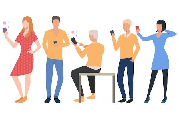 Ensemble d'utilisateurs de téléphone portable. hommes et femmes utilisant des smartphones