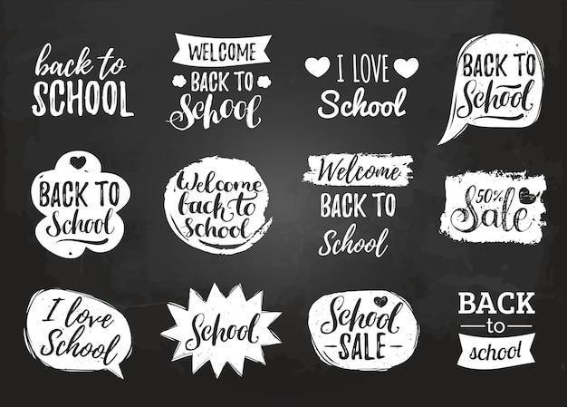 Ensemble de vecteur de retour à l'école vintage dans les bulles de la bande dessinée sur le tableau. collection d'étiquettes éducatives avec lettrage à la main. concepts de conception de la journée du savoir.