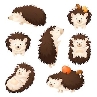 Ensemble de vecteurs d'automne de sept hérissons de dessin animé mignon dans des poses différentes. un joyeux personnage animal de la forêt porte des pommes et des champignons dans des aiguilles.