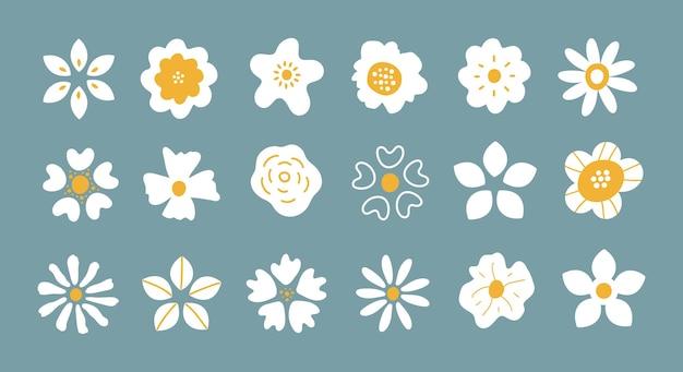Ensemble de vecteurs de pétales de fleurs blanches dessinés à la main simples isolés sur fond bleu