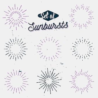 Ensemble de vieux rayons de lumière, sunbursts rétro, rayons de soleil vintage, éclairs et étincelles doublés, dessinés à la main