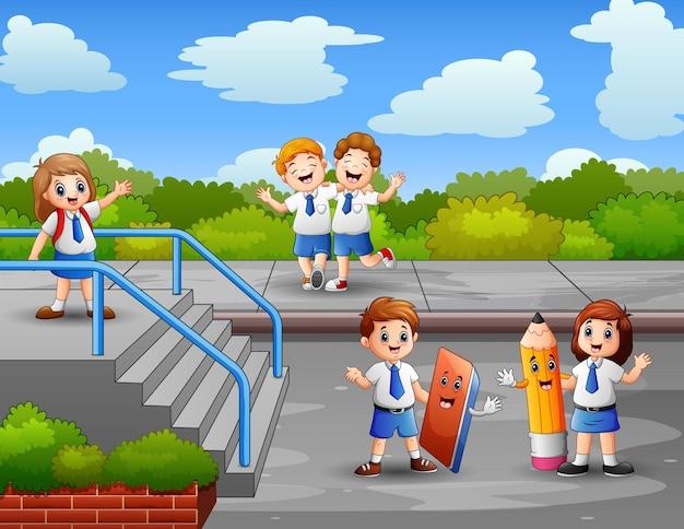 Enthousiaste les étudiants jouant à l'extérieur illustration