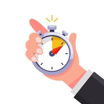 L'entraîneur tient un chronomètre dans sa main et marque le temps.